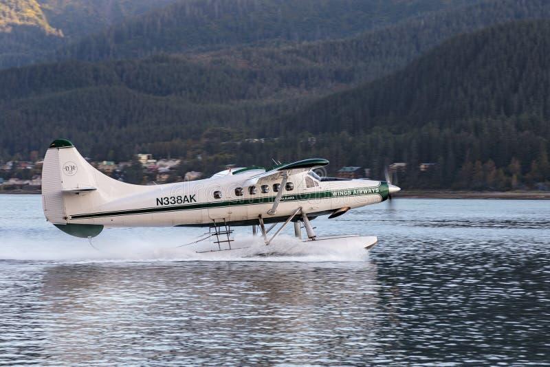 Seeflugzeug, das in Juneau-Hafen Alaska sich entfernt lizenzfreie stockfotografie