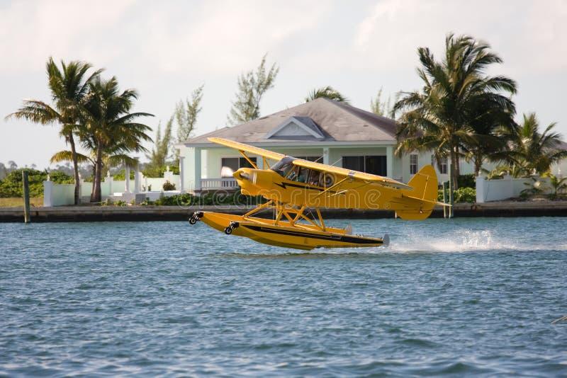 Seeflugzeug entfernen sich lizenzfreie stockfotos