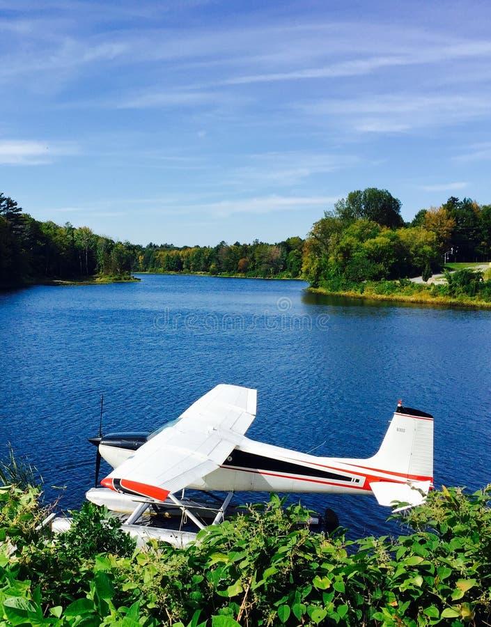 Seeflugzeug im Ruhezustand in Maine lizenzfreies stockfoto
