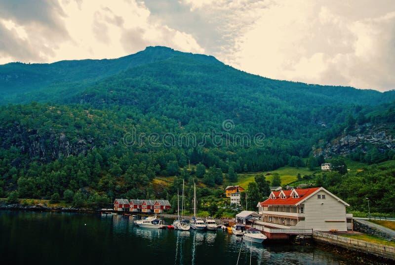Seehafen auf Berglandschaft in Flam, Norwegen Yachten und Segelboote am Seehafen Abenteuer und Entdeckung wanderlust lizenzfreie stockfotos