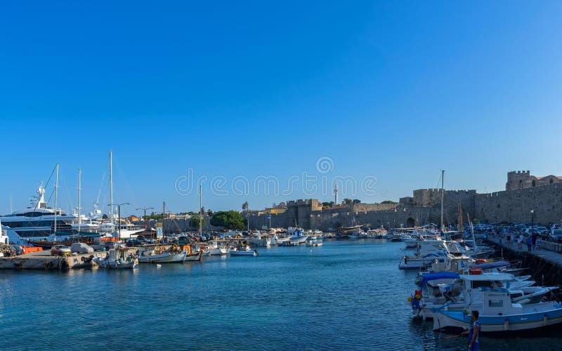 Seehafen des Ägäischen Meers von Mandraki auf Rhodes Island, Griechenland stockbilder