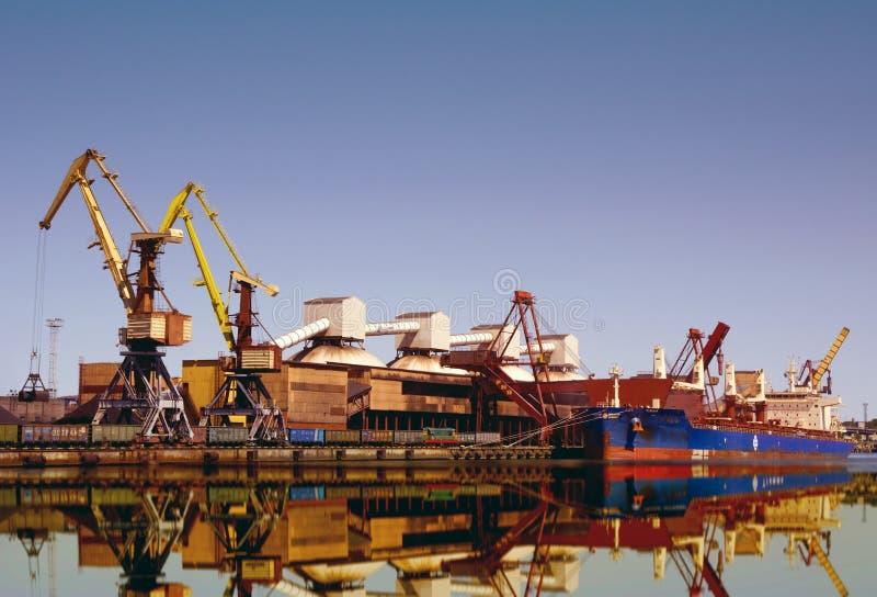 Seehafen-Kran-Frachtschiffterminalöl und -holzkohle lizenzfreie stockbilder