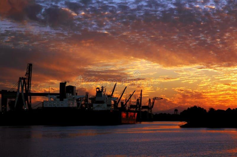 Seehafen-rote Lieferung am Sonnenuntergang lizenzfreie stockfotos
