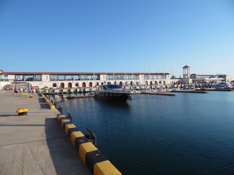 Seehafen Sochi, Damm, Boote und Yachten lizenzfreie stockbilder