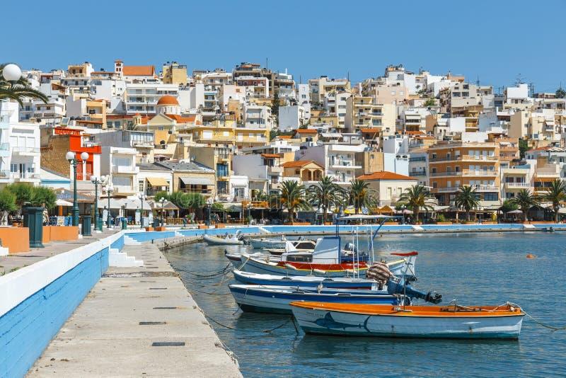 Seehafen von Sitia-Stadt mit festgemachtem traditionellem griechischem Fischerboot lizenzfreie stockfotos