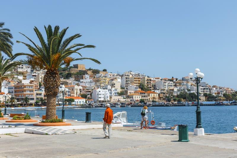 Seehafen von Sitia-Stadt mit festgemachtem traditionellem griechischem Fischerboot stockfoto