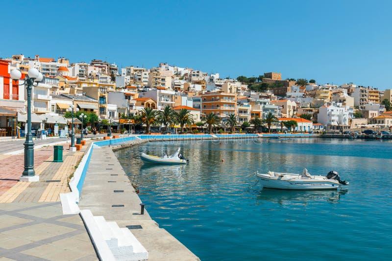 Seehafen von Sitia-Stadt mit festgemachten traditionellen griechischen Fischerbooten lizenzfreie stockfotografie