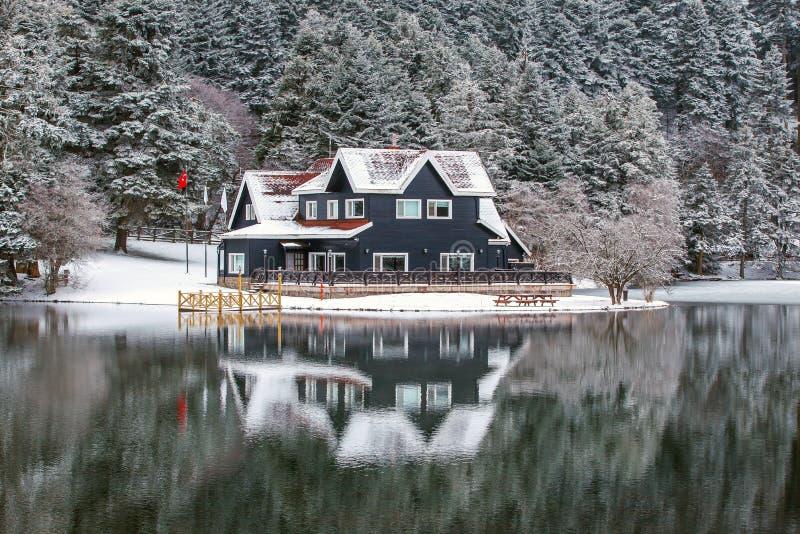 Seehaus im Abant See stockfoto