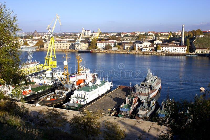 Seeindustriestadt auf einem klaren, Herbsttag, die Bucht, wo es alte Schiffe gibt stockfotos