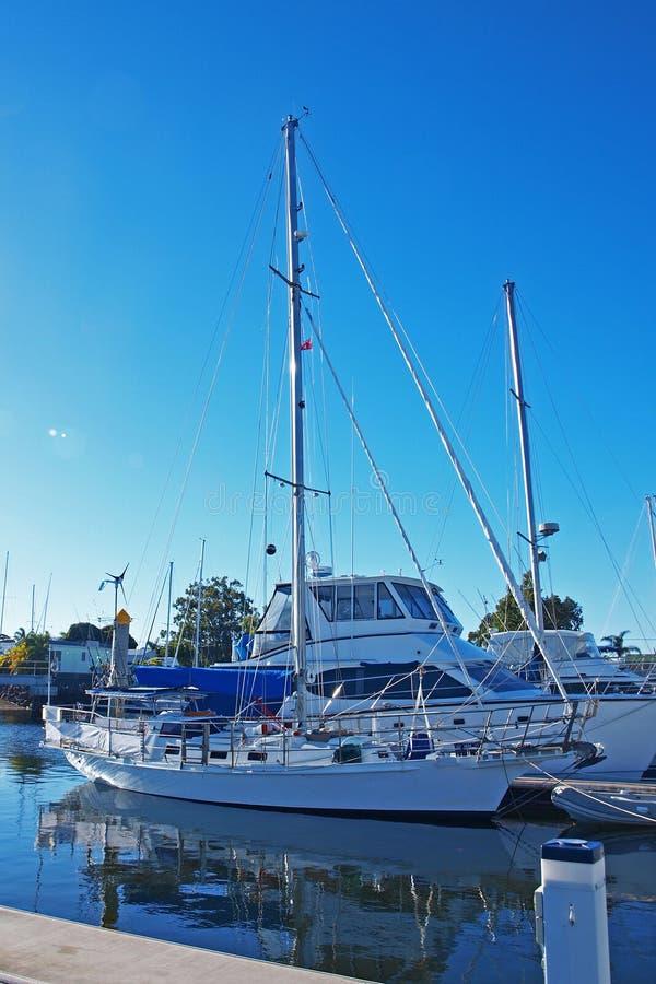 Seejachthafen/Dock der tropischen Ufergegend mit Booten lizenzfreie stockfotografie
