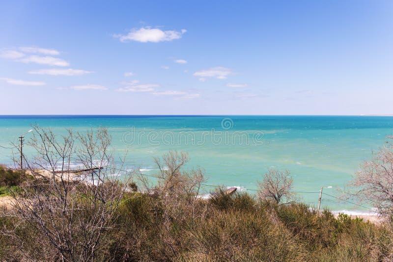 Seeküste an einem sonnigen Tag lizenzfreies stockbild
