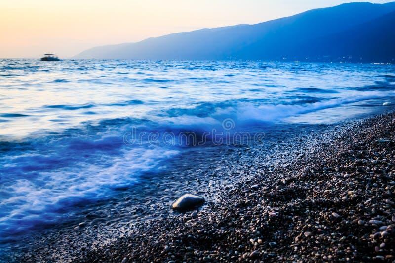 Seeküsten- und -gebirgsabend stockbild