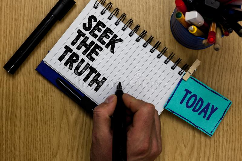 Seek показа примечания сочинительства правда Фото дела showcasing ищущ реальные факты расследует исследование открывает человека  стоковое фото rf