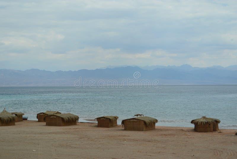 Seelandschaft mit dem blauen Himmel voll von den Wolken lizenzfreies stockbild