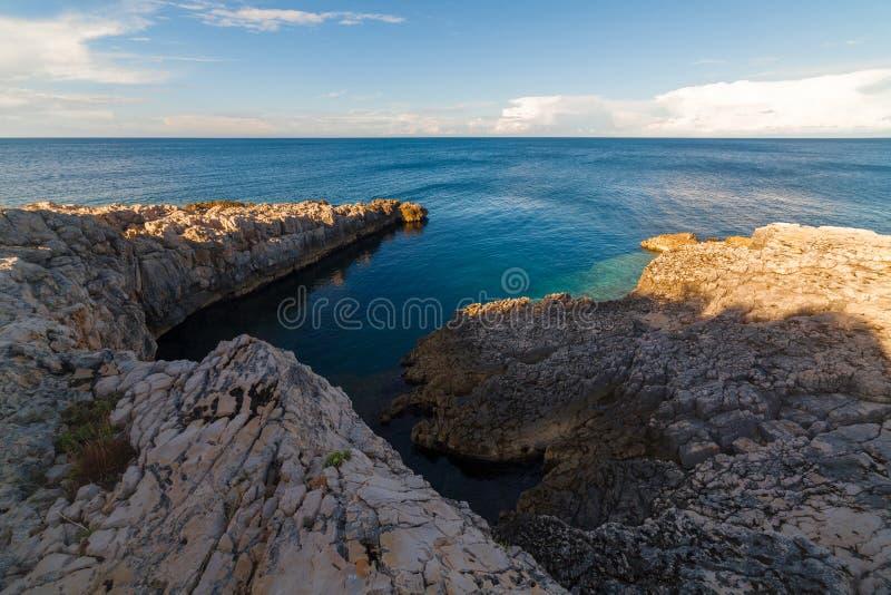 Seelandschaft mit Felsen, Klippen und Wald an einem sonnigen Sommertag kroatien stockfotografie