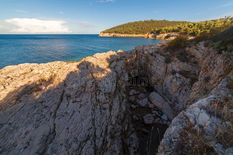 Seelandschaft mit Felsen, Klippen und Wald an einem sonnigen Sommertag kroatien lizenzfreies stockfoto