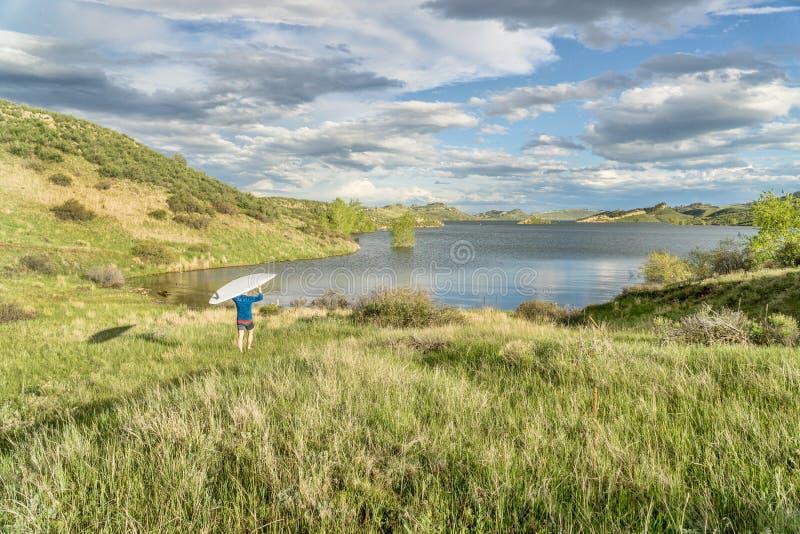 Seelandschaft mit SUP paddleboard lizenzfreie stockfotografie