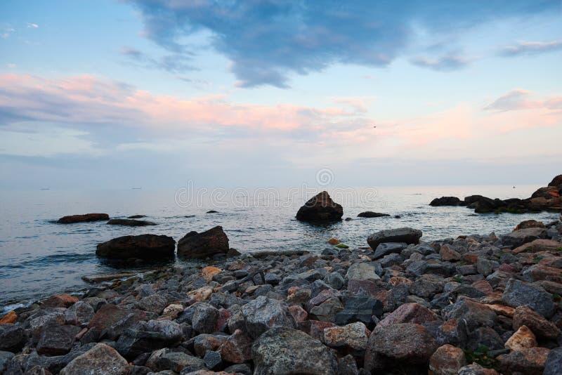 Seelandschaft am Sonnenuntergang, an der Steink?ste und am sch?nen Himmel stockfoto