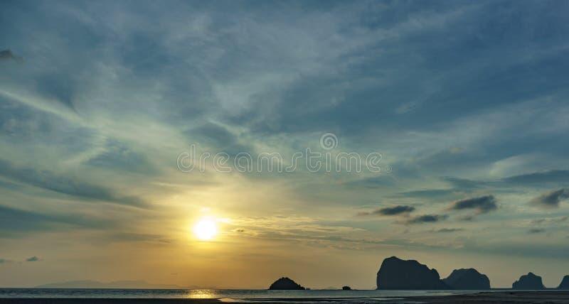 Seelandschaft, Sonnenuntergang nach der Insel lizenzfreies stockbild