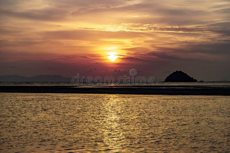 Seelandschaft, Sonnenuntergang nach der Insel lizenzfreie stockbilder