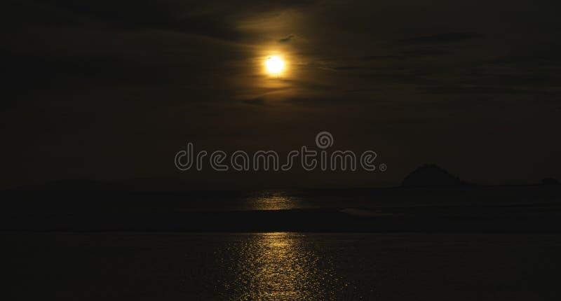 Seelandschaft, Sonnenuntergang nach der Insel stockbild