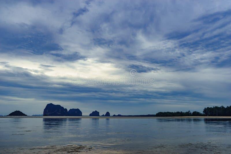 Seelandschaft und Insel auf Sonnenunterganghintergrund stockfotografie