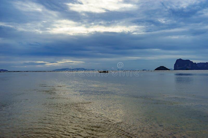 Seelandschaft und Insel auf Sonnenunterganghintergrund stockbilder