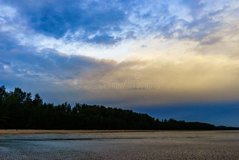 Seelandschaft und Insel auf Sonnenunterganghintergrund lizenzfreie stockfotos
