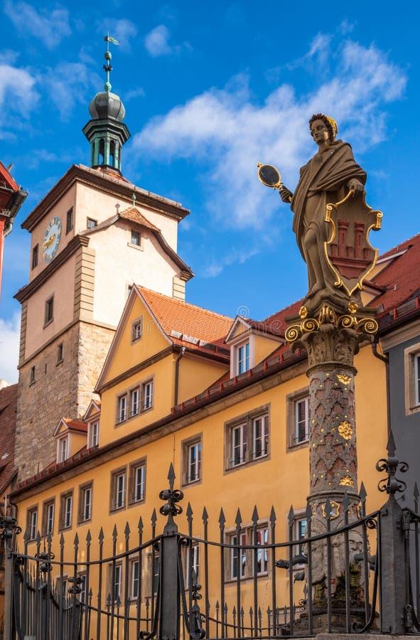 Seelbrunnen Spring pijler en White Tower Rothenburg ob der Tauber Old Town Bavaria Duitsland royalty-vrije stock fotografie
