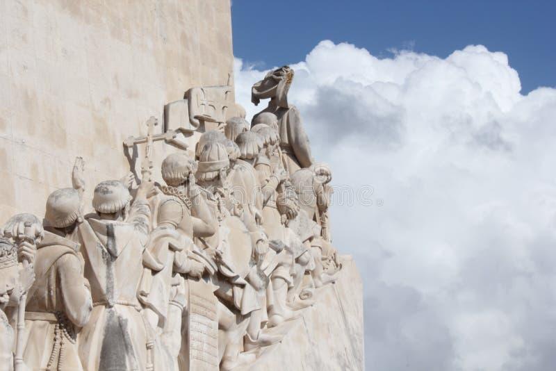 Seeleute, die ausrichten, um zum meeres- Denkmal zu gehen stockbilder