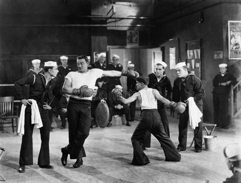 Seeleute, die Boxveranstaltung haben (alle dargestellten Personen sind nicht längeres lebendes und kein Zustand existiert Liefera lizenzfreies stockfoto