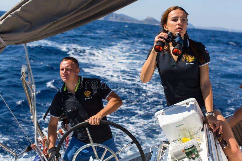 Seeleute nehmen an Segelnregatta 16. Ellada-Herbst 2016 unter griechischer Inselgruppe teil lizenzfreie stockfotos