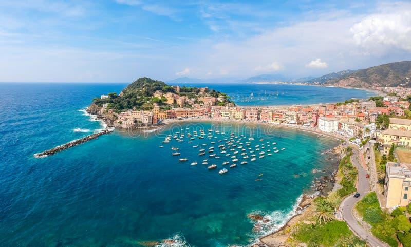 Seeluftlandschaft in Sestri Levante, Ligurien, Italien Szenisches Fischerdorf mit traditionellen Häusern und klarem blauem Wasser stockbilder