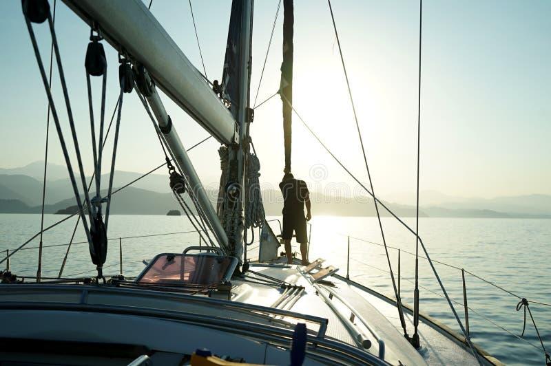 Seemann auf der vorderen Plattform an der Nase des Bootes lizenzfreie stockfotografie