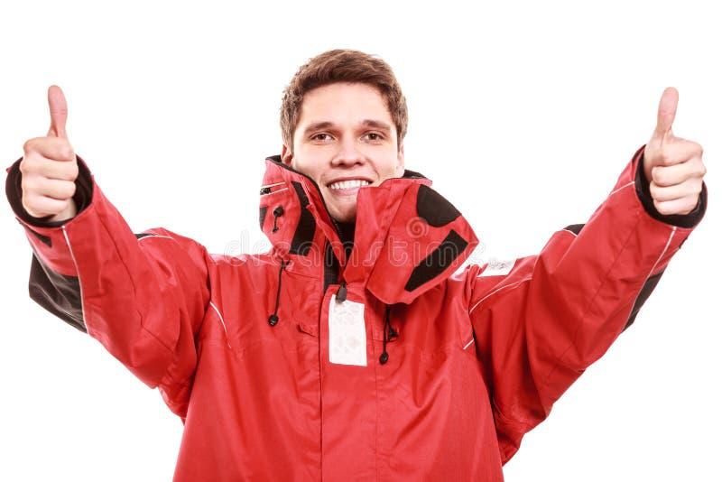 Seemann des jungen Mannes in der roten Windjacke segeln lizenzfreies stockbild