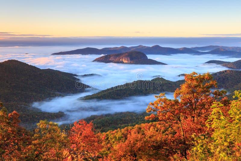 Seende exponeringsglas vaggar den Great Smoky Mountains TN NC hösten arkivbilder