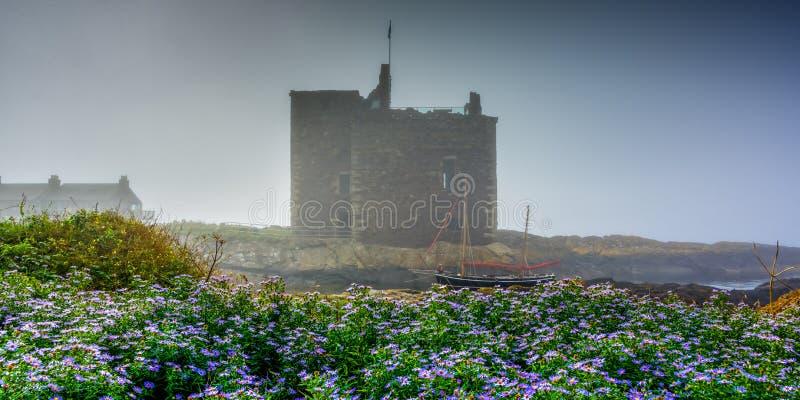 Seenebel an Portencross-Schloss stockfoto