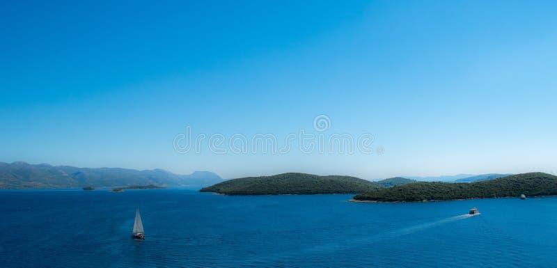 Seeozean-Panoramaansicht mit Booten lizenzfreies stockfoto