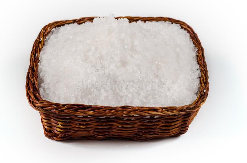 Seesalz in einer Schüssel auf weißem Hintergrund lizenzfreie stockbilder