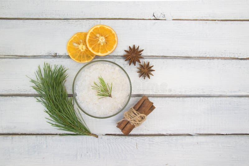 Seesalz für Bad, Badebombe und Handfeuchtigkeit mit Zimt, Orange und Gewürzen lizenzfreie stockbilder