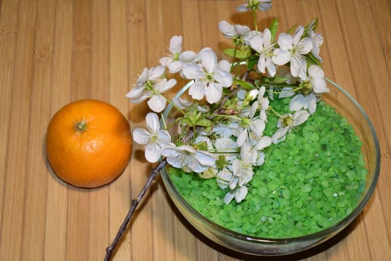 Seesalz für Badezimmer und blühende Niederlassung Tangerine stockfoto