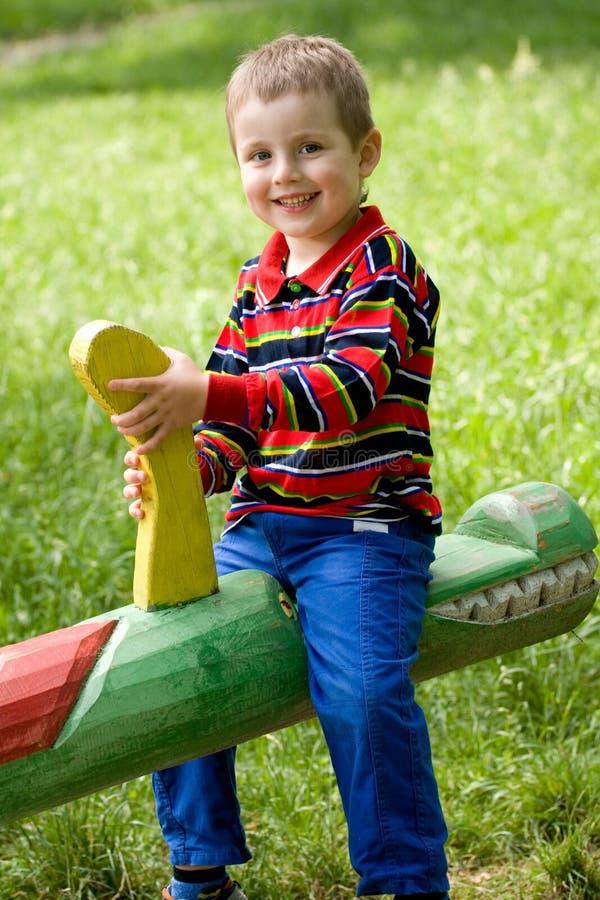 seesaw мальчика стоковое изображение rf