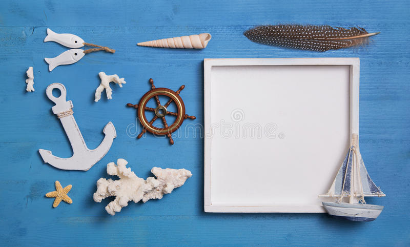 Seeseedekoration mit Anker, Segelboot und einem weißen s stockfoto