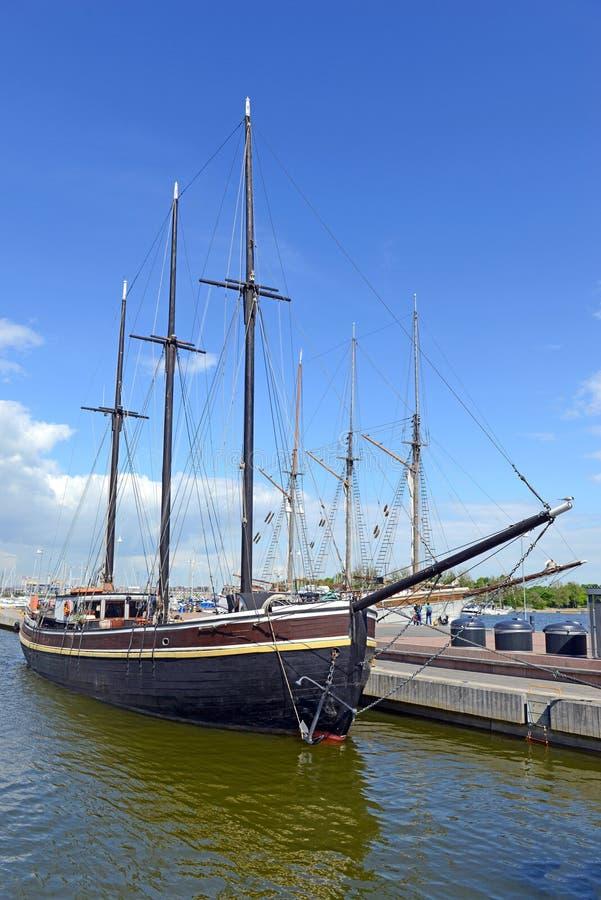 Seeseeszene mit Seilen und Mast auf einem Schiff auf einem Dock durch das Wasser stockfotografie