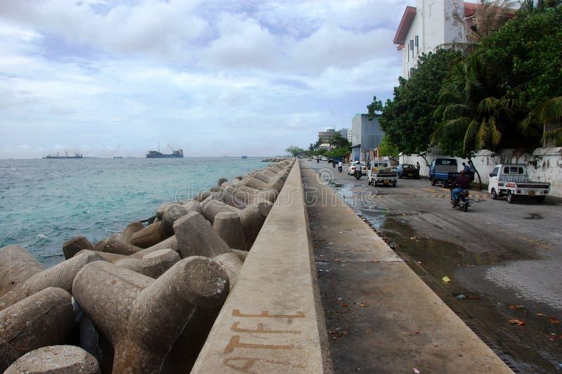 Seeseite mit Wellenbrecher an der männlichen Stadt Malediven lizenzfreie stockfotografie