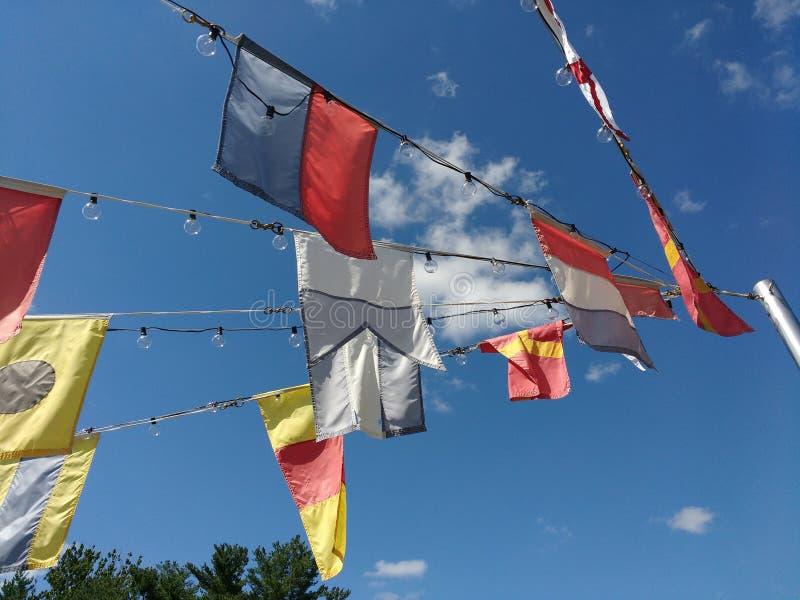 Seesignal-Flaggen und dekorative Partei-Ketten-Lichter stockfotografie