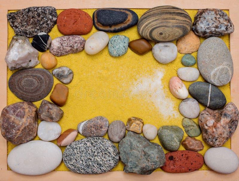 Seestein-, und buntekiesel mit gelbem Sand lizenzfreies stockbild