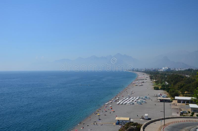 Seestrand auf dem Hintergrund von Bergen in der Region von Antaly stockfotografie