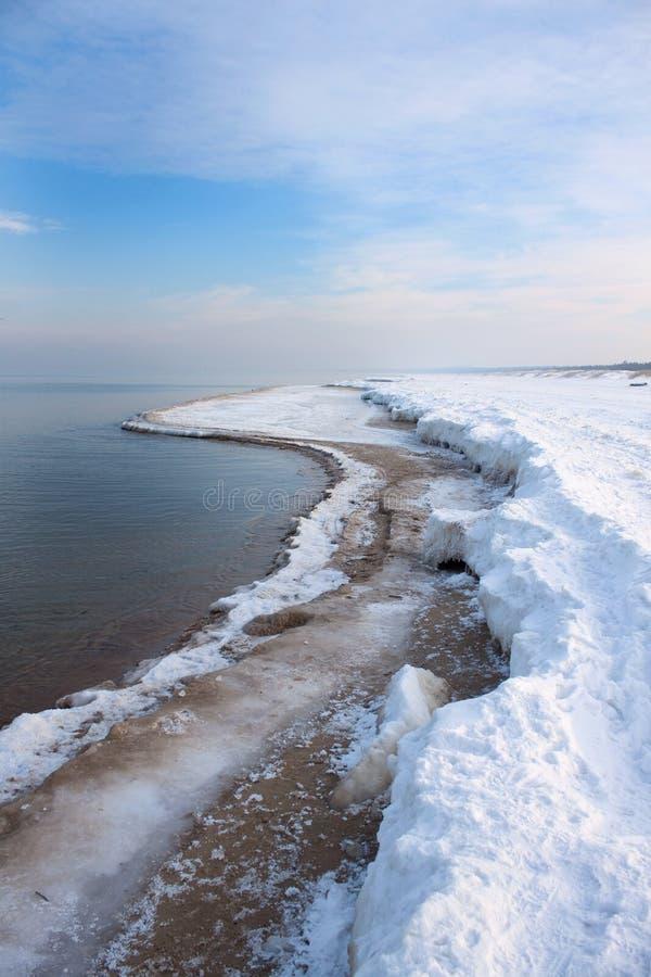 Seestrand im Winter lizenzfreie stockfotografie