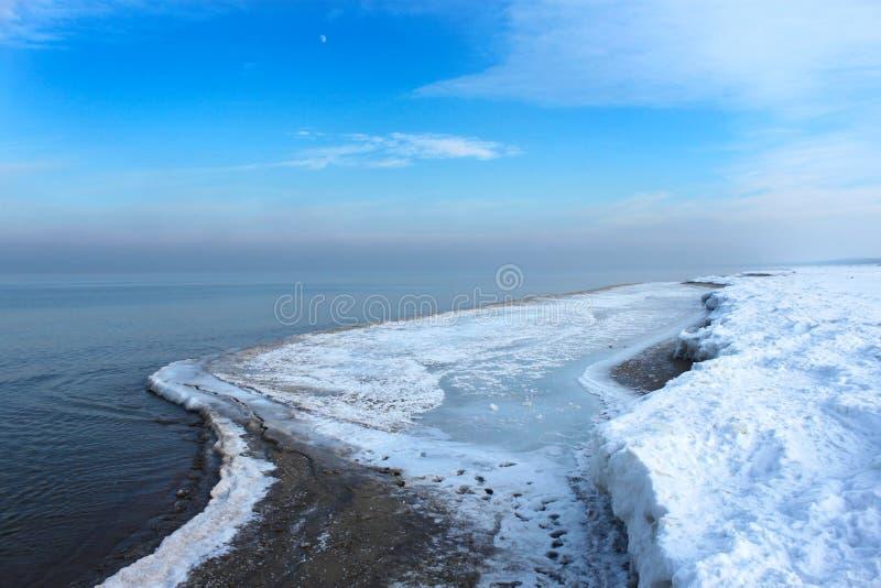 Seestrand im Winter lizenzfreies stockbild